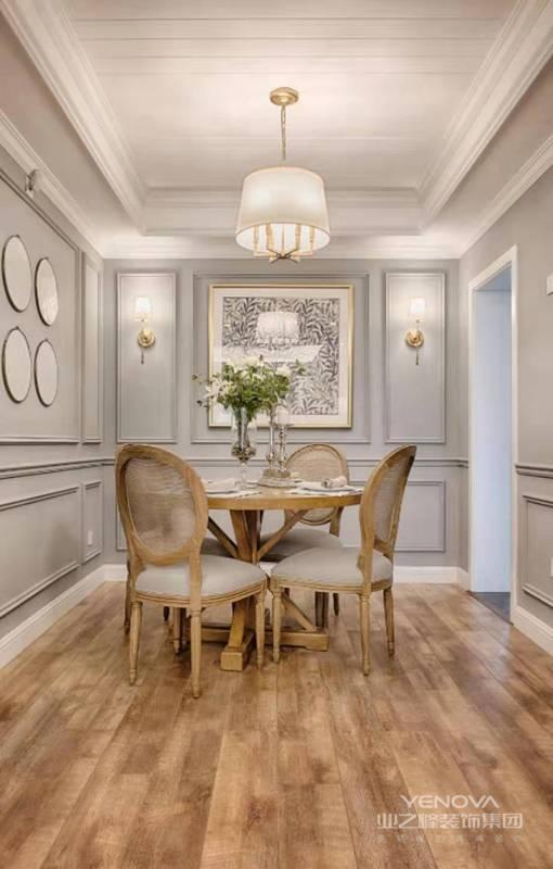 法式地板原始自然,设计师在餐椅坐垫这样的细节都保持和墙面一样的颜色,保证了整面和谐