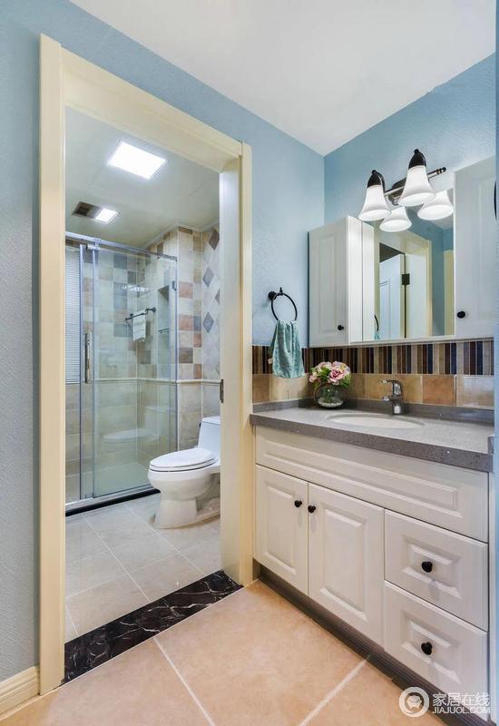 洗手间区域为了保持清爽,设计师做了干湿分离的区域,让屋主更加便于清洗。