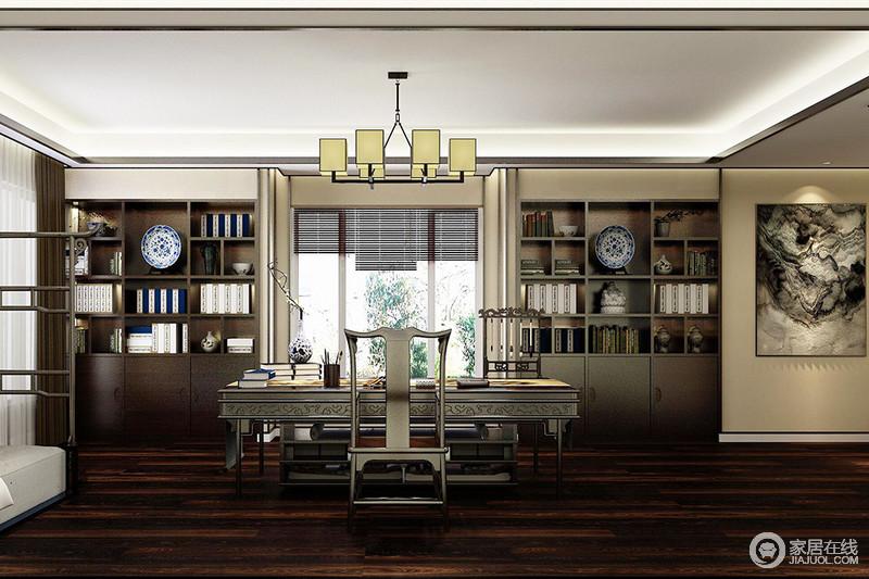"""书房可谓""""古色古香"""",以窗户为中轴,两侧作了嵌入式实木书柜,而中式木桌和木椅靠窗而置,气韵畅通,风水极佳;中式衣架和方块吊灯承袭着东方设计的美学,书墨之间,满载文雅。"""