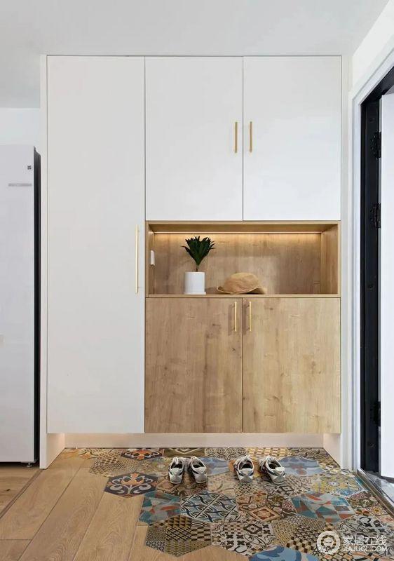 玄关采用六边形花砖拼接木地板,柔和过渡到室内,打造组合式鞋柜功能强大。