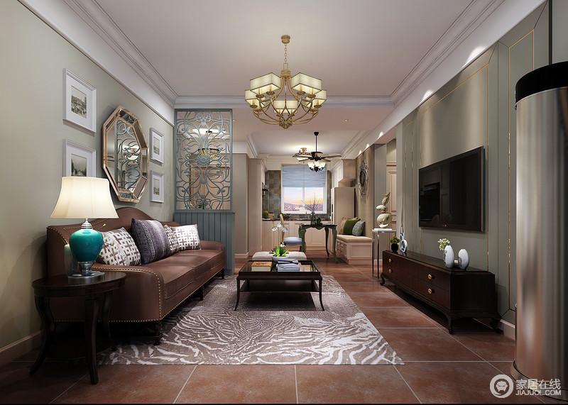 土红色的地板铺陈出朴实温厚,与镶嵌铆钉的皮质棕色沙发色调相近,散发着复古的韵味;点缀着中式纹样的靠包印花与地毯图案、隔断屏风上的花纹,为素简空间增加了灵动感。