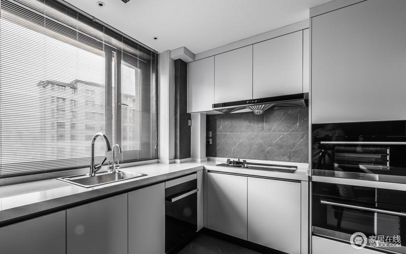 开放式厨房以嵌入式蒸烤箱的方式,放大空间的功能性,让生活更为科技化;白色橱柜搭配灰色砖石,素雅之余,让空间具有都市时尚。