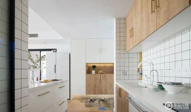 进门左手边是开放式厨房,设计吧台增加了操作空间,下方的储物拉篮收纳能力强大。
