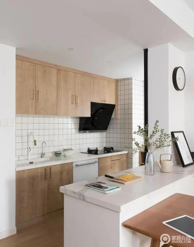 木色的橱柜搭配小白砖墙面,干净清爽,搭配原木餐桌,构成空间的日式风。