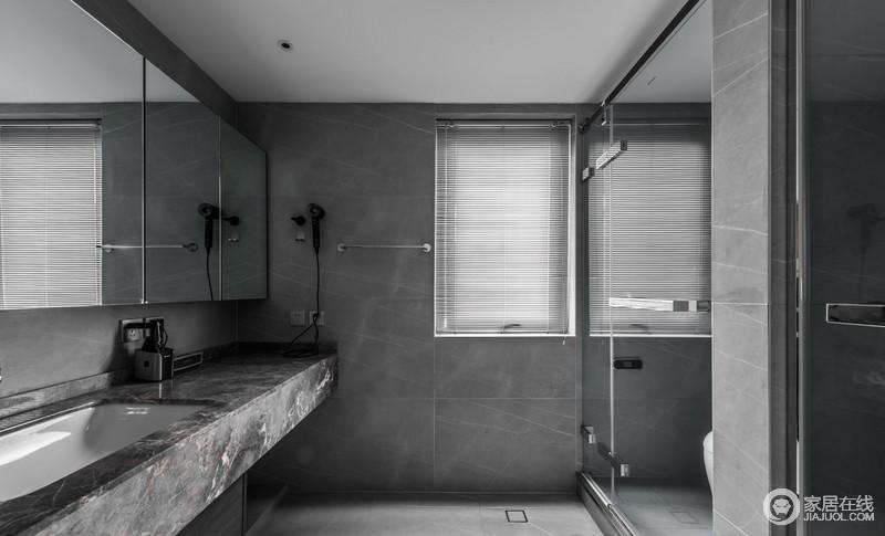 这是主卧室里面的卫生间,三分离的设计要的是对生活品质的极致追求,线条利落、干湿分离、储物收纳都会让人体验到舒适。