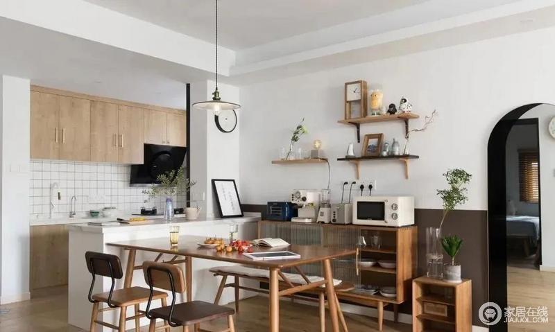 餐厅,细脚的餐桌椅搭配长凳的组合,让空间显得更加灵活,餐厅的背景墙上设计了置物架,小小的置物架满满当当但井然有序,充满生活情调。