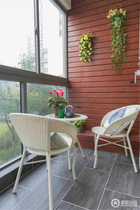 一抹青翠的绿,一瞥惊艳的樱桃木,扇形麻藤编织椅,阳台清新又分外舒适。邀上好友,或者跟亲爱的家人一起,闲聊、品饮,看窗外风景,虚度最浪漫的时光。
