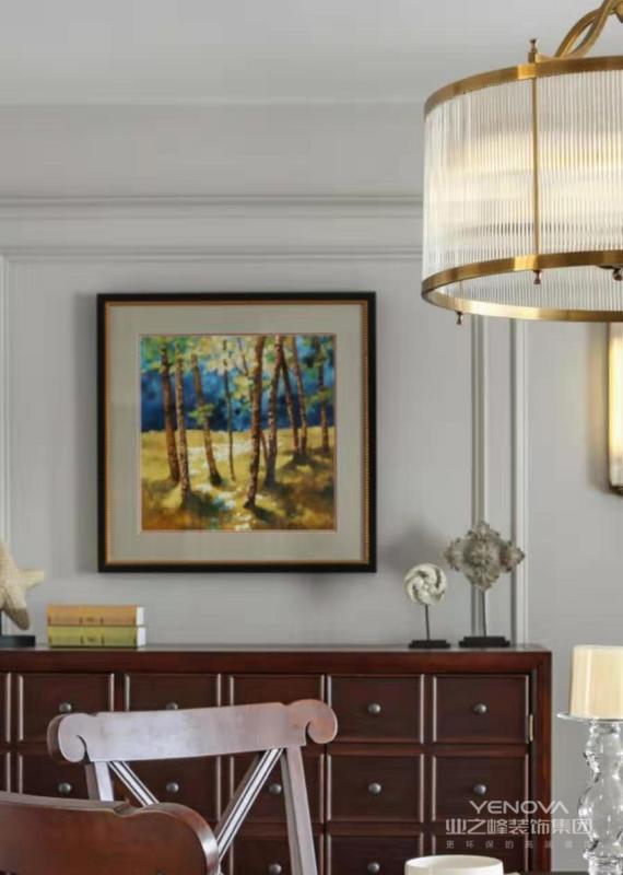 原木色和壁画装饰在金色的罩灯下,有种回归自然的错觉。