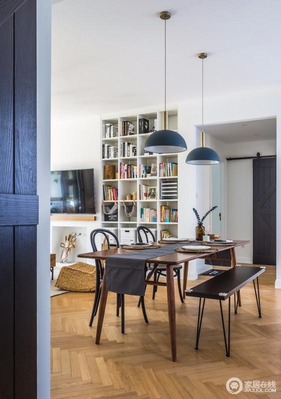 从玄关过来,第一眼看到的就是餐厅,金属管蓝色北欧吊灯的时髦,与北欧木色桌和现代餐椅组合,让空间多了艺术感安,而深浅不同的木质家具,层次之中,赋予生活质感。