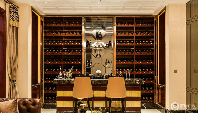 餐厅因为整篇酒柜墙而恢弘,棕色大容量酒柜,占了整个一个墙壁,生活的质感和气势不可挡;大理石吧台因为黄色高脚椅而多了奢华,让生活就是这么豪。