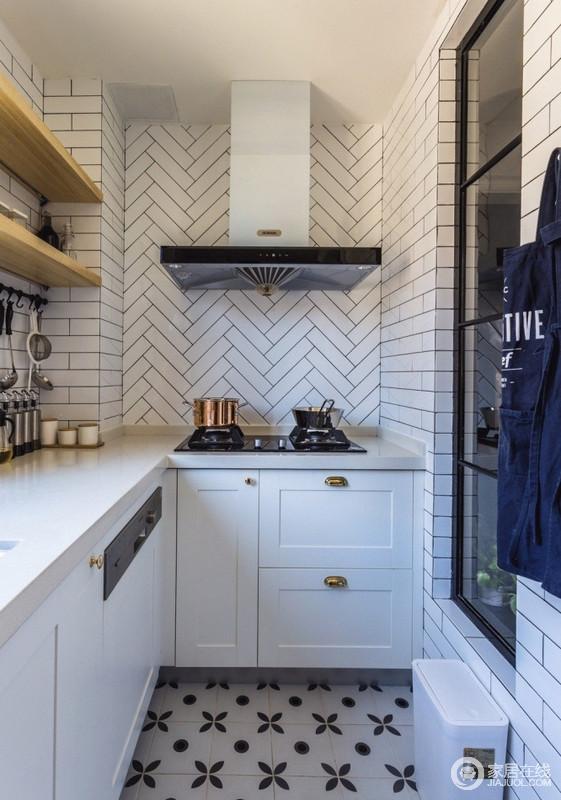 厨房推拉门的设计极大地节省了空间,从墙面、柜体再到地面的黑白花砖,整体色调整齐划一,又通过不同的拼接方式,让空间变得生动起来,也因为白色橱柜和木架,多了份北欧的温实。