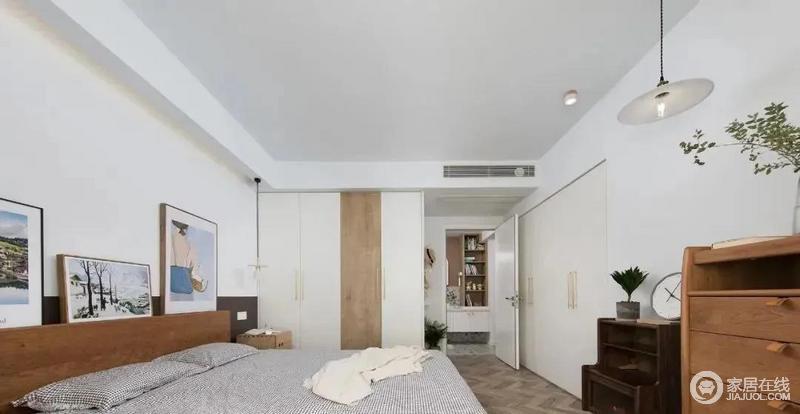 主卧以白色与木色为主,搭配出自然舒适的氛围,两面嵌入式柜体大大增加了收纳空间,十分舒适。