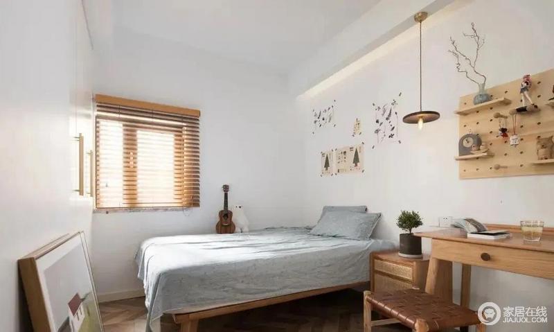次卧本身的采光条件欠佳,房门采用长虹玻璃把客厅的自然光引进室内,百叶窗的设计也让采光更加充分;设置了一个小巧的阅读区,立面设计洞洞板,既是装饰又可置物。