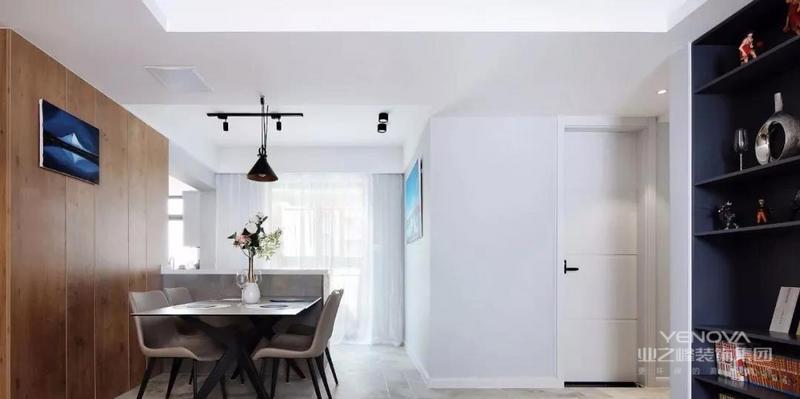 餐厅,延伸至厨房和吧台,整体铺贴灰色瓷砖,灰白墙面搭配黑色灯具,现代风餐桌椅紧靠半高吧台