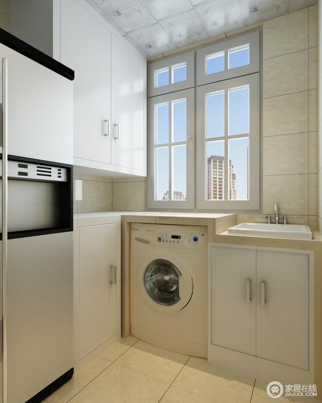 """阳台被设计成了一个储物间,定制得白色小储物柜可以做到收纳,而洗衣机和冰箱都放置在此,避免了油渍,可谓""""功能分区明确,生活也更有条理""""。"""