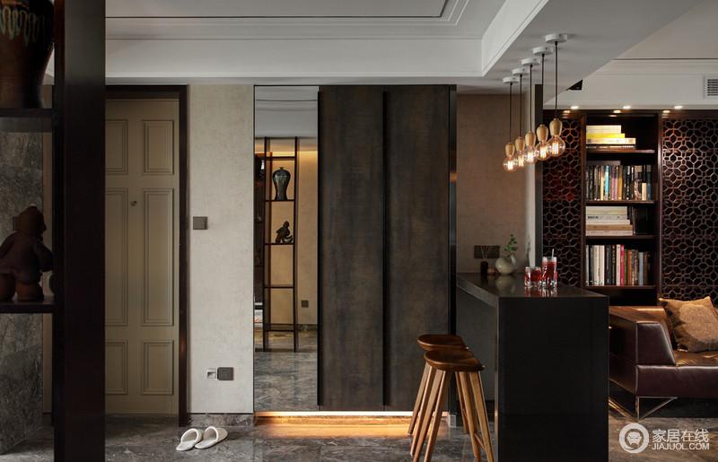 虽然空间为开放式的格局,但是设计师巧妙地让每个空间拥有自己的风景;入口区的收纳柜以实木和镜子结合出实用,并因材质显得格外轻巧;黑色吧台因为木头钨丝灯有了自然感又有工业复古的味道,实木小吧凳显得时尚,让你可以有放松的小区域。