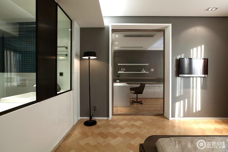 卧室以白色吊顶搭配灰色立面,来塑造空间的素静和温和,与书房的色调相一致,力求造就雅静;黑色系灯饰组合显得精致得体,让主人随时可以调节自己所需的光氛围。