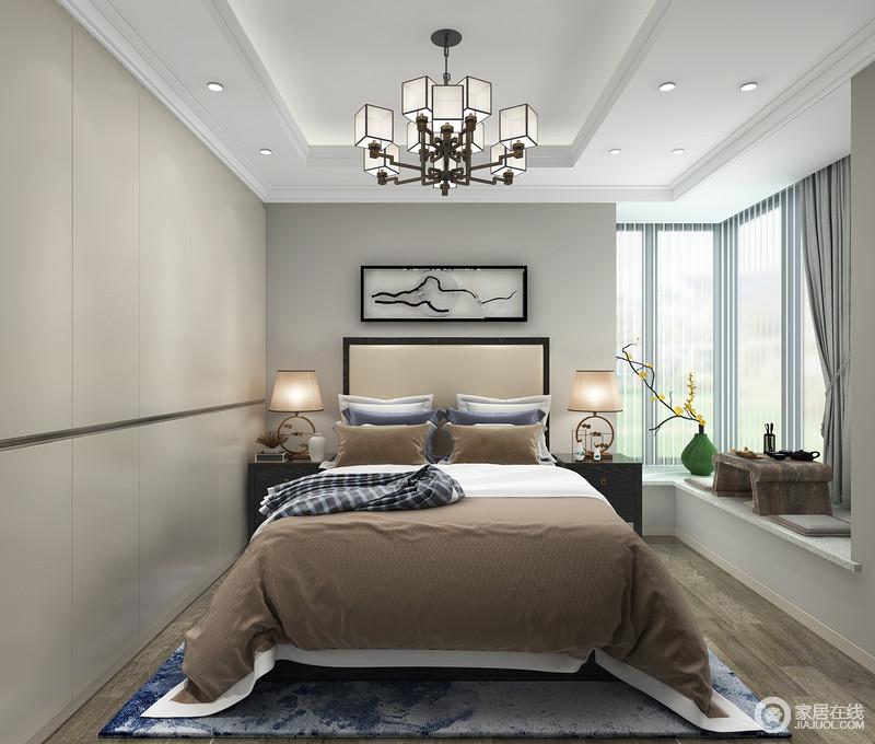 卧室因为飘窗的缘故,采光更为充足,而飘窗的浅灰色窗帘柔和之中,与小型茶台,表达了主人喜欢的悠闲惬意;衣柜嵌于墙体,利落规整,与棕色床品构成色彩反差,而黑檀木床头柜搭配台灯和中式吊灯,得体温馨。