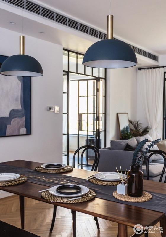 从吧台处往客厅、阳台处的视角,一改传统沙发+背景墙,沙发露背部便是走廊走道,角落区的设计,多了自然清新,也缓解了灰色沙发的沉闷;空间动线丰富,客厅纵向与横向上视野也更开阔,格栅门也让采光更好,搭配空间的一器一物,更为时髦。