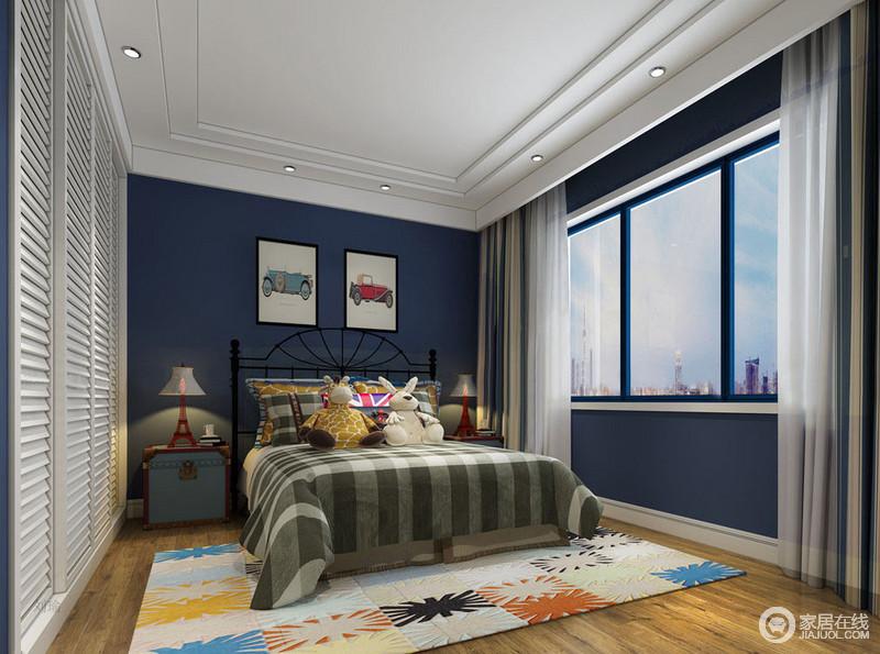 儿童房以紫色漆粉刷墙面,梦幻的色彩无形中让整个空间张扬着色彩摩登,百叶门的衣柜以白色与其呼应,多了优雅;彩色汽车漫画和铁塔造型的金属台灯组合出趣意,而箱体式床头柜带着复古的质感,与绿色格纹床品、彩色地毯混搭出童心。