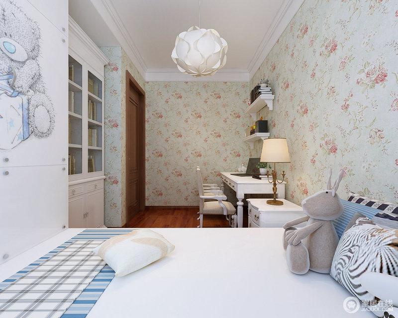 儿童房纵向空间狭长,但横向面积不足;设计师用一体式衣柜床板恰到好处的打造休息空间,书柜也巧妙地立在墙内,空间得到充分合理的使用;背景墙面铺以浪漫温馨的花纹壁纸,优雅的玫瑰花图案,演绎一室的芬芳梦幻的公主风格调。