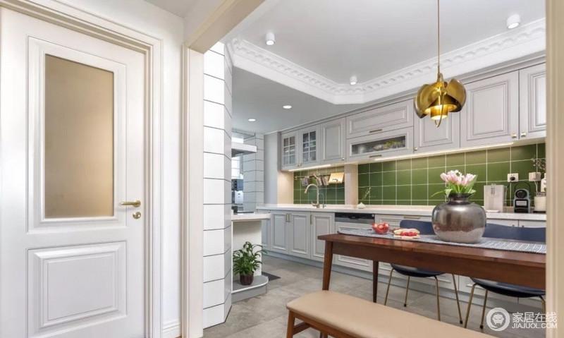 厨房及餐厅并存,为了更好地释放用餐空间,对墙体做了倾斜倒角处理,增加挑高感;小改动大变化。顶面做了明确的区域划分,让人长期待的地方空间可以最大话也提升了舒适感。