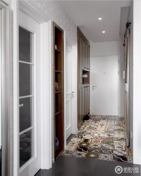 小小的走廊,别有洞天,简约的原木系家具元素让整个空间有回到大自然的感觉,温馨又惬意。多道门洞与储物的设计,尺寸把控恰到好处,让多重功能一应俱全,既不冲突,又便捷实用。