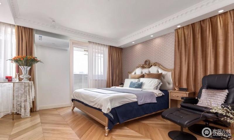 卧室将吊顶欧式石膏线来强化线条,踢脚线起到了加固的作用,与白墙构成一体;裸粉色壁纸搭配古典风的木床,赋予空间复古气息,而褐色窗帘搭配古典家具更填精奢。