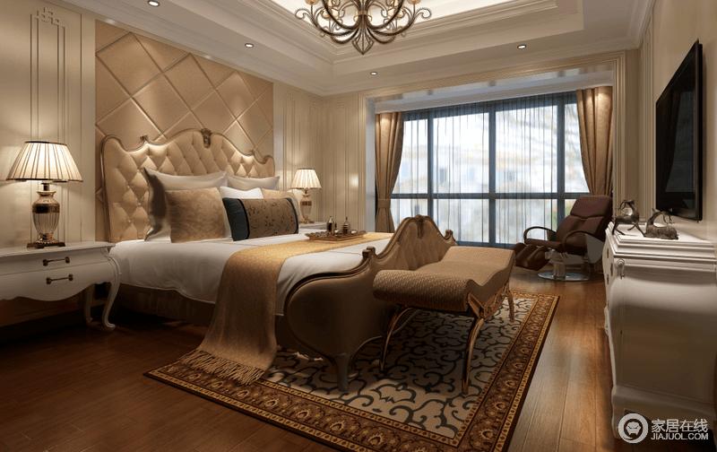 主卧室床头对称的白色护墙板,镶刻装饰花纹,烘托着驼色菱纹软包,与双人床及床品呼应出层次;地毯上热烈的花纹辉映着床品,渲染出浪漫气氛,为空间增添柔婉多姿的情调;开阔落地窗良好的采光让空间多了通透,平添出休闲意味。