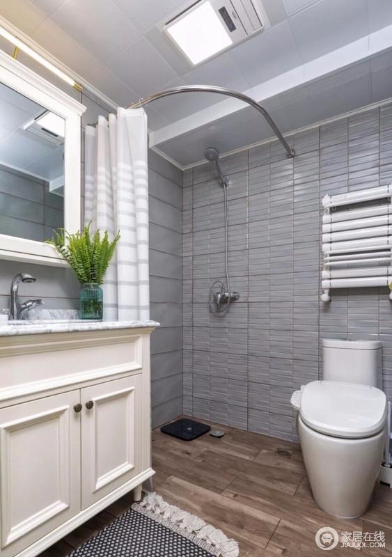 卫生间用灰色地砖和木色地砖做了空间色彩上的分离,既不影响空间的采光,也很好打理,简单通过浴帘起到干湿分离分离。