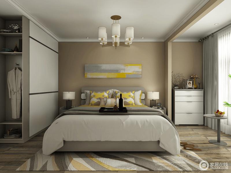 整个卧室以驼色来粉刷空间,并借原木地板来增加空间的温暖;挂画的黄韵与床品的黄色跳跃着明快,搭配几何多色地毯,激活了空间,而阳台出的斗柜和衣柜定制设计,实用而精巧,得体之中尽显生活的实用哲学。