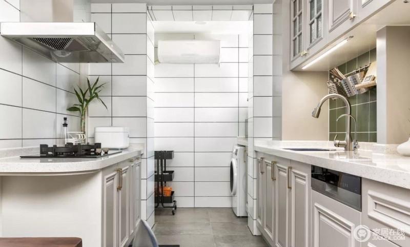 厨房以白色砖石来铺贴墙面,具有线条利落,功能齐全的厨房特意利用额外的空间,增加了功能间,让洗衣更独立。