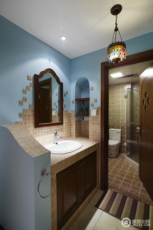 卫生间利用两个空间将功能也进行了区分,盥洗区蓝色漆搭配驼色小砖,让空间多了地中海的朴质和轻盈,拱形的收纳区与镜饰巧妙点缀出地中海的造型美学。