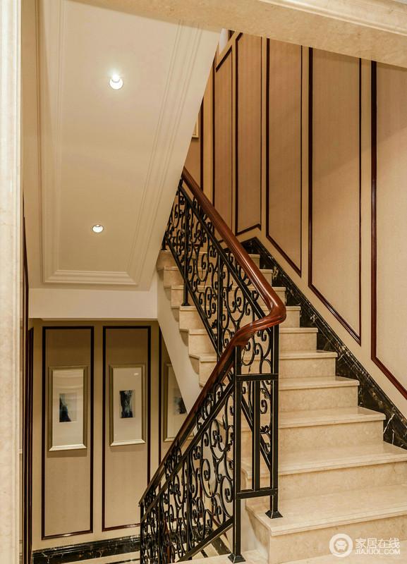 楼梯以米色大理石来建造台阶,浅色的干净让空间看上去更为经典,墙面的线条简单,却与雕花金属栏杆构成一种复古的工艺,让整个走廊多了现代古典的精致。