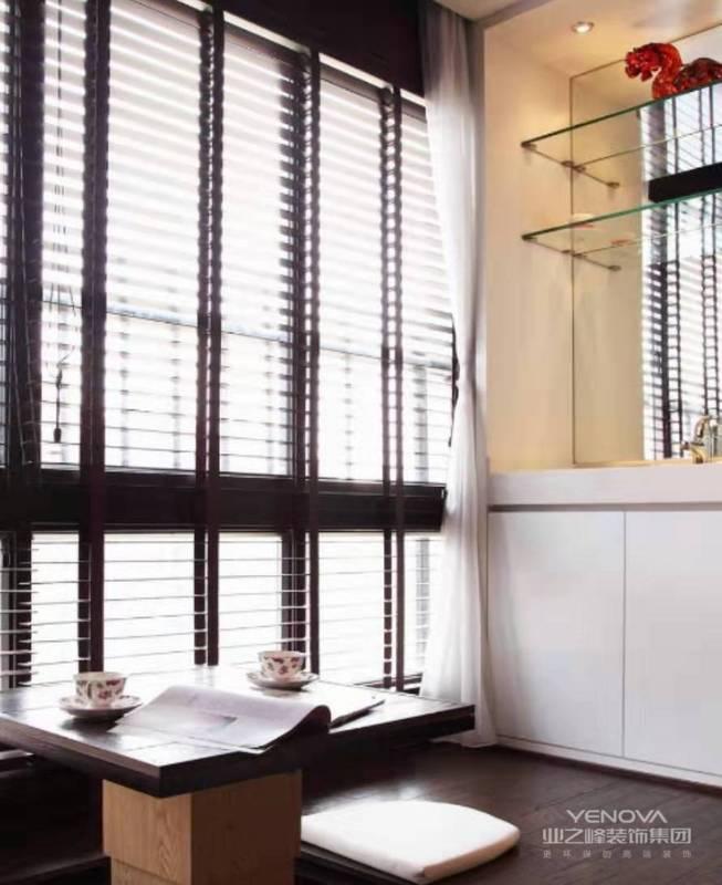 充分利用空间,将阳台打造成可以会客,可以书房,乐意临时接待住所的空间。