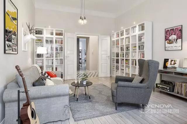 玄关走廊的边上是客厅空间,屋主更多的是把它作为一个休闲、阅读区来使用,两个带玻璃柜门的书架和电视柜结合,让客厅拥有更多储物空间。