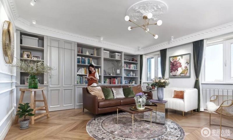设计中为了保证会客区的完整及休息区的私密性,在沙发背景处再增加储物柜,同时,用隐形门很好地做了动静分离,给主人两个可以及分离又独立的空间。