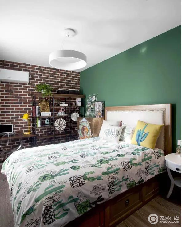 整个房间的设计,运用了大面积的绿色与红砖装饰,反差之中,造就了空间的层次,让这种原生感的北欧设计为主人的提供解压作用。