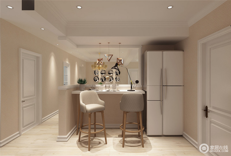 设计师合理利用一角,归置了冰箱,建造了吧台,多了休闲的功能。吧台的材质采用淡粉灰色,形状也很利落,不会显得拥挤。同时兼顾一部分隔断和装饰的作用。