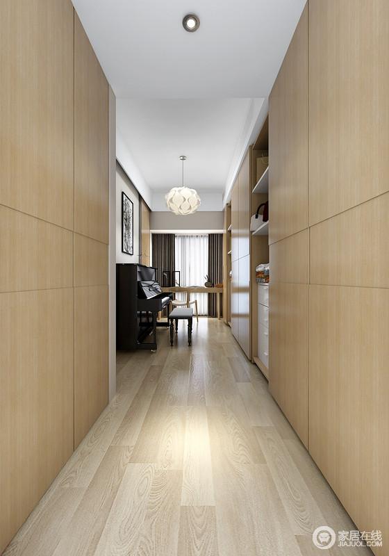 设计师利用不同色泽的木材装饰空间,不管是地面还是收纳柜,都统一出木调质感,更显温实;匠心独具地将钢琴放置在走廊,黑色的钢琴与白色吊灯对比中显出文艺,更多了份难得的优雅。