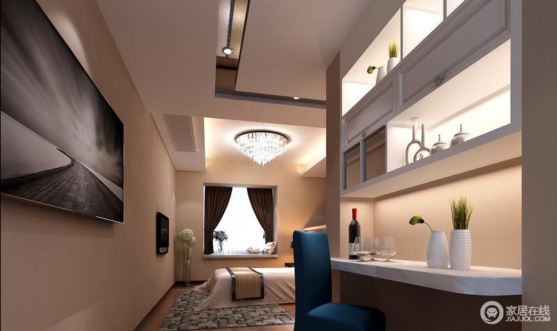 通往卧室的走廊上,利用墙面做了上下组合式的书架和吧台,既能置物又具休闲情调,让主人在睡前能来一场浪漫的消遣。