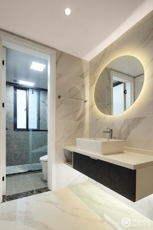 以干湿分区的设计解决了潮湿和打理上的麻烦,更为规整;而灰色砖石搭配盥洗区的白色砖石,用材料构建空间层次,满是利落。