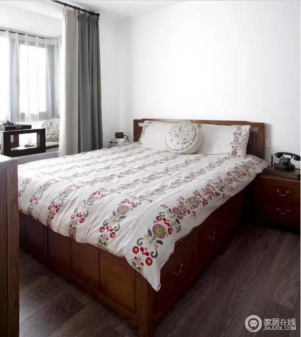 次卧室有一处飘窗,可以吸收一年四季的风景,加上实木的质地给人温实;花卉的床品带着复古感,让生活更为温馨。