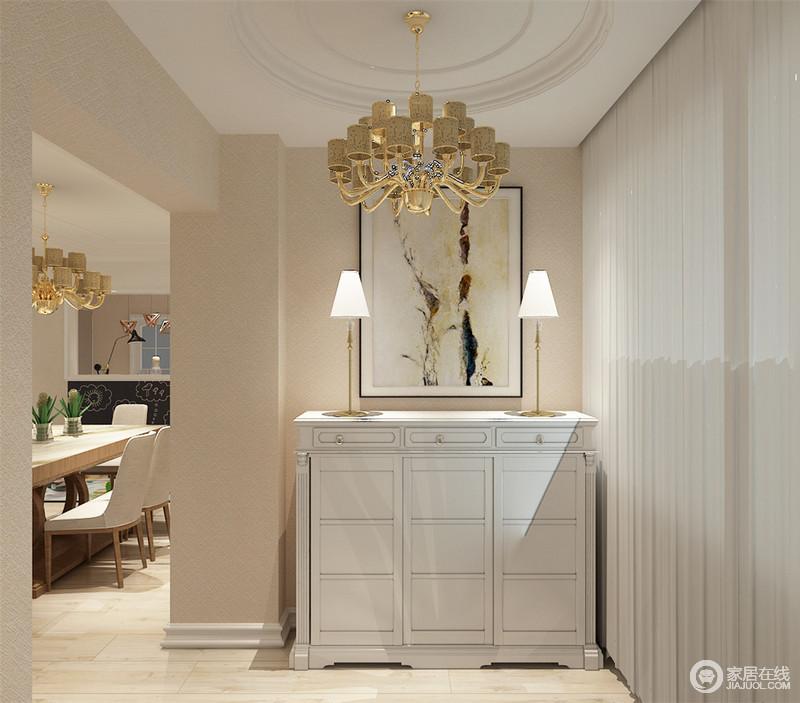 入户玄关放置了白色收纳柜,对称的台灯显得优雅万分,装饰画有趣的配合了简约氛围的格调。玄关处利用柱线营造一种门厅的感觉,引领客人入内,也铺述空间及动线的流畅。