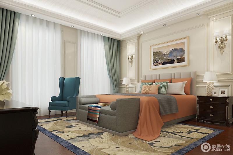 大理石墙面上柱体勾线的营造,加上不同风格的家具和软装的混搭,空间呈现出端庄大气;床品上的橘红和沙发椅的深蓝及窗帘的薄荷绿,氲出清爽活泼的雅致。