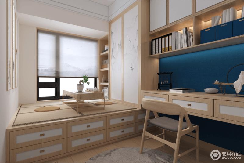 客卧采用了榻榻米的设计,在榻榻米生放上茶几,提供的和客人喝茶聊天的场所,衣柜边的书桌更好的提供了主人学习办公的场所。