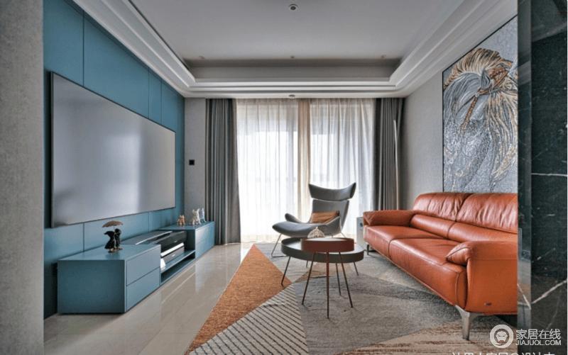客厅在灰色+橙色的基础搭配上,将电视背景护墙与电视柜定制为湖蓝色,这样的颜色乱入,并没打破空间整体的协调与美观,反而有种看到蓝色背景后,不知道换什么颜色更好的感觉。
