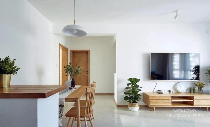 餐厅与玄关就隔着一个矮柜隔断,增加了室内空间的私密性,回家后的随手物品则可以放在这个小台面上。