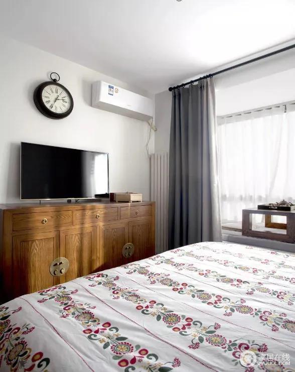 卧室宽大做旧的老榆木五屉柜作为视觉中心,既起到了卧室电视柜的作用,又方便日后作为梳妆台的功能,让人着迷的木质纹理,铜环拉手,带来古色古香的神韵,具有中式味道。
