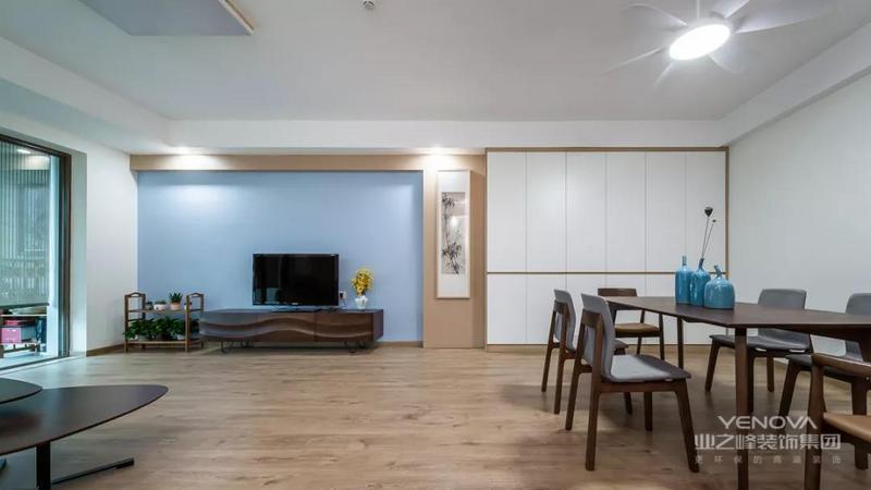 整体以现代简洁的空间基础,在宽敞舒适的空间里搭配上素雅轻松的细节设计,营造出一个轻松自然的活力感